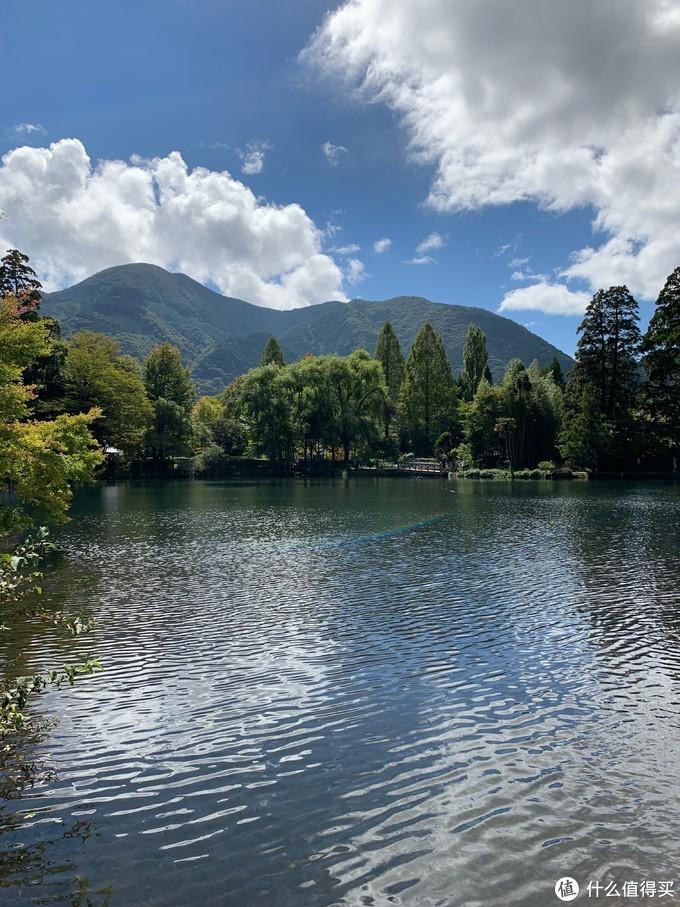 干净的小湖被游客们包围了