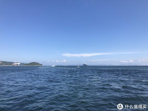 湛蓝的天空,深蓝色的海水。