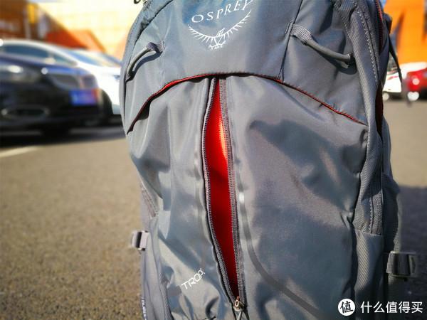 商务背包的袋鼠仓,有中间拉链设计。
