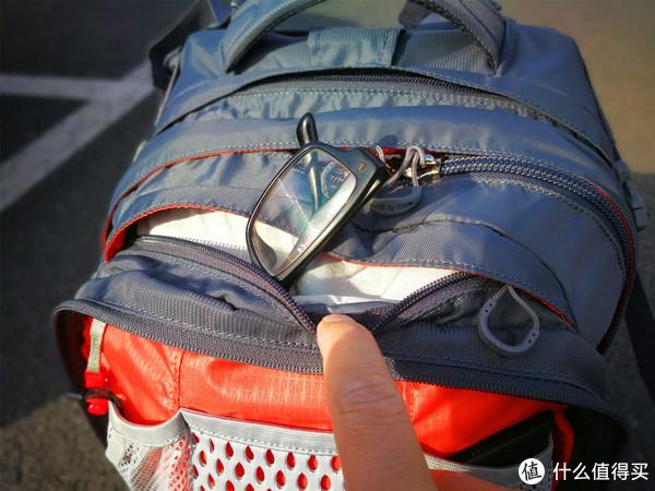 眼镜仓,防划痕设计,这个设计在很多O包上都能见到,我以前用来当通勤的骇客26也有同样的设计。