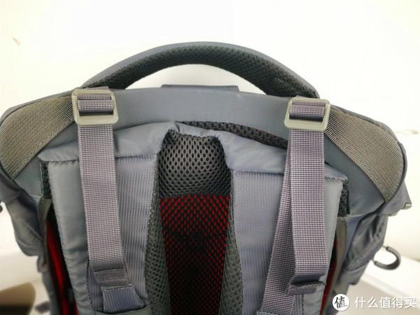 对于这款32的容量来说,背包的重心贴合度还是有必要的,作为一个户外包的设计者来说,这款背包必须加配上重心调节绳,这样使得背包背起来能够舒服的贴合在背部,使得重量分部更加合理,整个重量不是肩膀在承受,整个后背也分摊了一部分的重量。