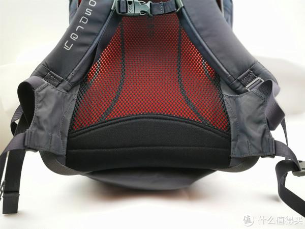 腰带设计,城市背包的主流设计,不想户外背包那样的有强壮的腰带设计来承担背包的大部分重量。