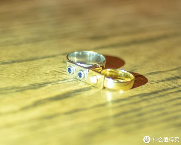 一对有趣灵魂结合的见证:一对有趣的婚戒
