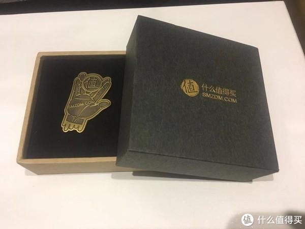 推广徽章来的包装盒是黑金主题色,牛皮纸盒子,好看