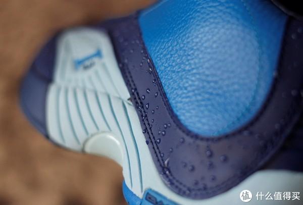 鞋身只在深色皮质部分有一溜