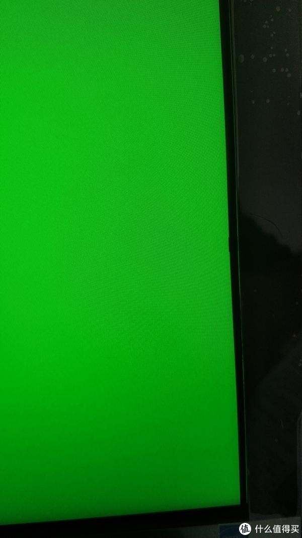 大家没有看错,这是面板上的黑边