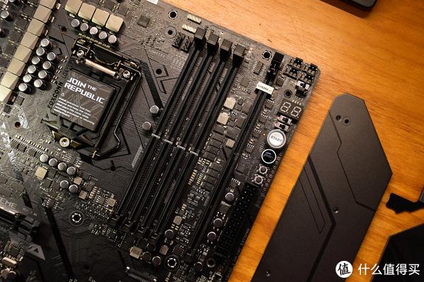 M11E的DIMM.2是走CPU的PCIE通道,同时也不是默认开启,这个后面会说。