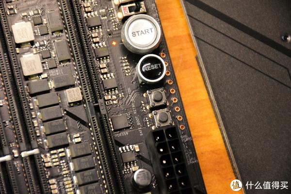 各种按钮以及电压监测触点,方便玩家通过万用表实时了解主板事实电气指标