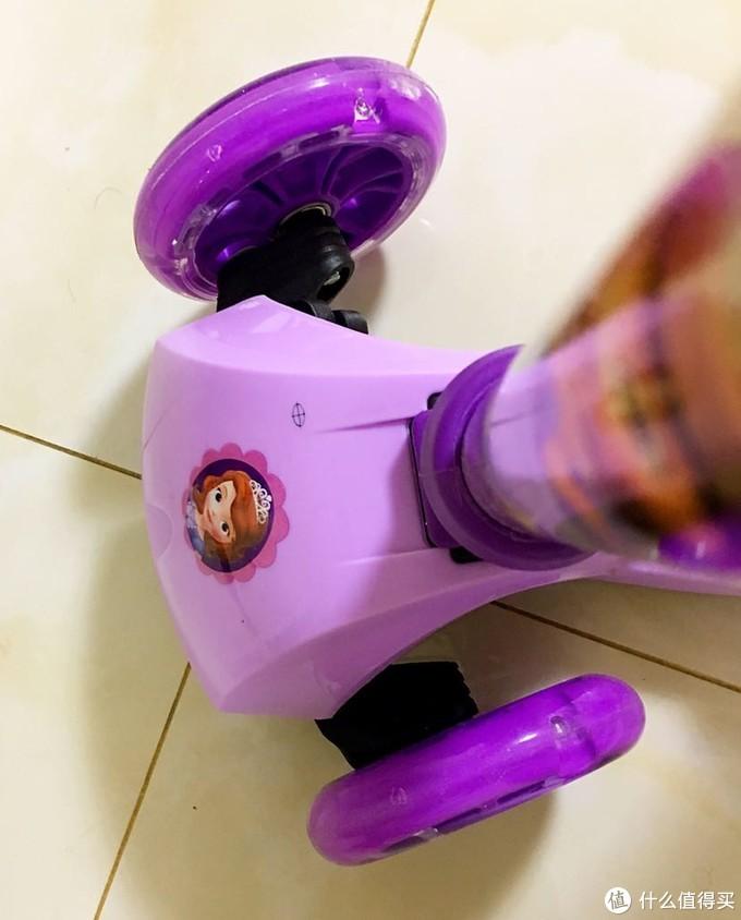 2岁就能玩 浓浓公主风 迪士尼儿童滑板车开箱及点评