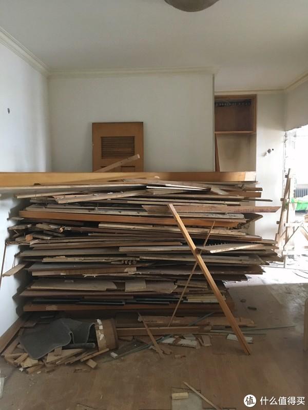 ▲拆除的板材遮挡的部分是原卫生间