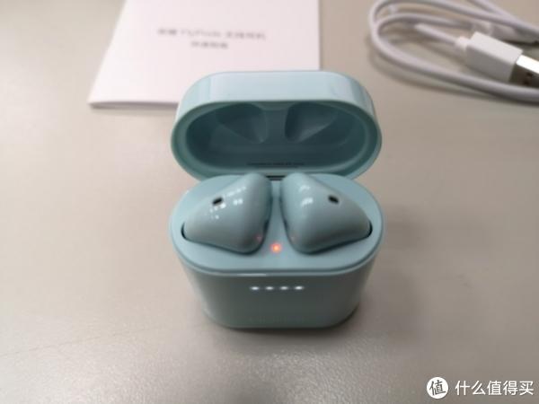 耳机自带30%左右的电量, 打开电池盒,红灯说明正在充电