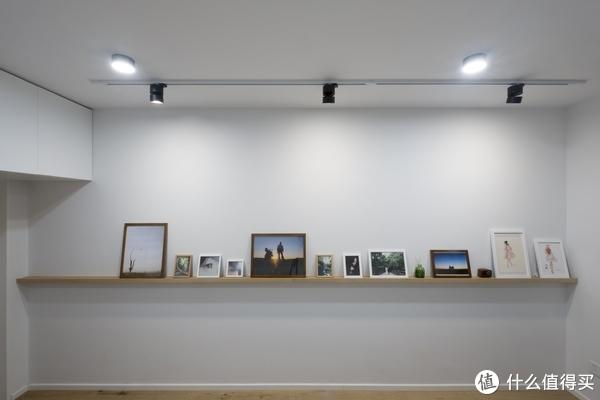 ▲受通长条板的控制,大小相框与墙体之间会显得干净简洁