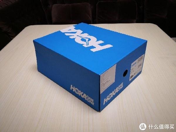 鞋盒就是一个蓝色纸盒,简单,谈不上精致