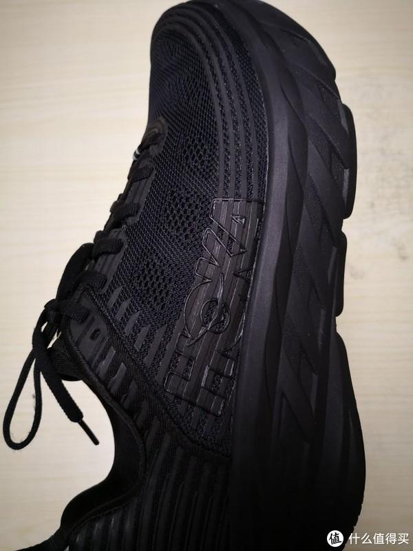 鞋身外部是硕大的HOKA logo,由于是全黑色,没有一点突兀。
