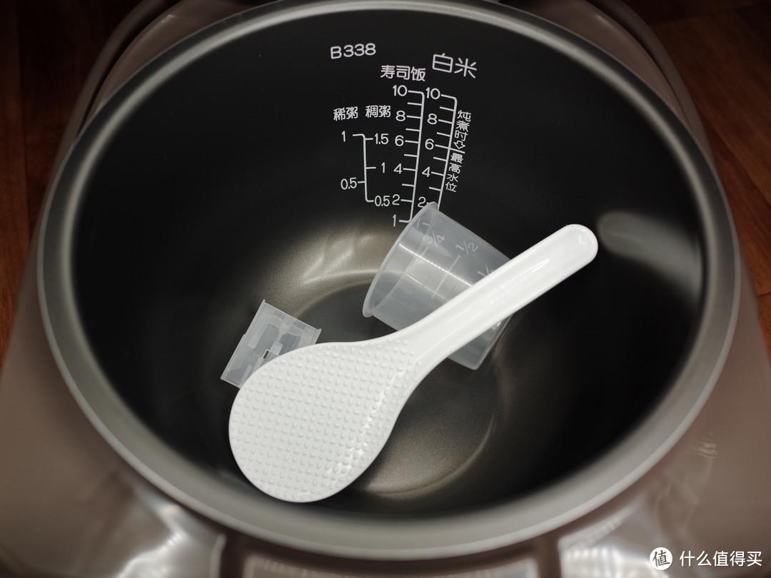 内胆。上次那个小锅,换过一次内胆,这个用久了,还是会掉一些涂层的。短时间不会的,那个小锅用了八九年。也就是换了一次内胆。
