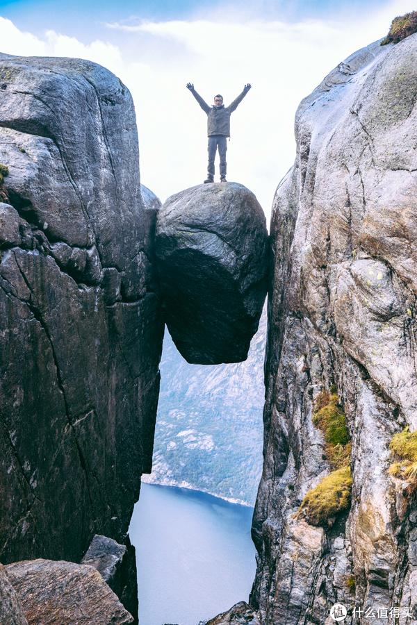 四步演示如何爬到奇迹石上