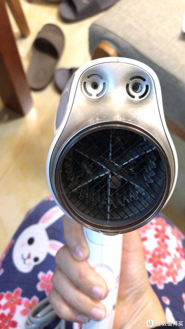 据说左面为铂金负离子发射口,右面为纳米水离子发射口,不清楚具体什么功能,只是每次吹完头发后,头发不容易那么出油,吹完后,吹风机机身不热。