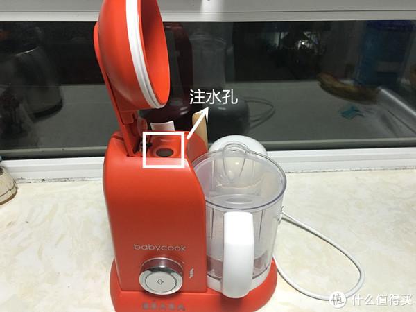 蒸煮的时候,把水注入到注水孔中。说明书会提示各种蔬菜需要添加的水量