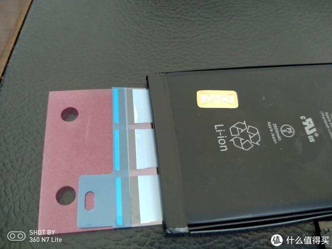 ▲第二次贴,黑色部分留多了。汗啊。然后撕开这小部分的膜,往电池上盖住,然后把红色的膜也撕开,最后把电池放入手机电池仓即可