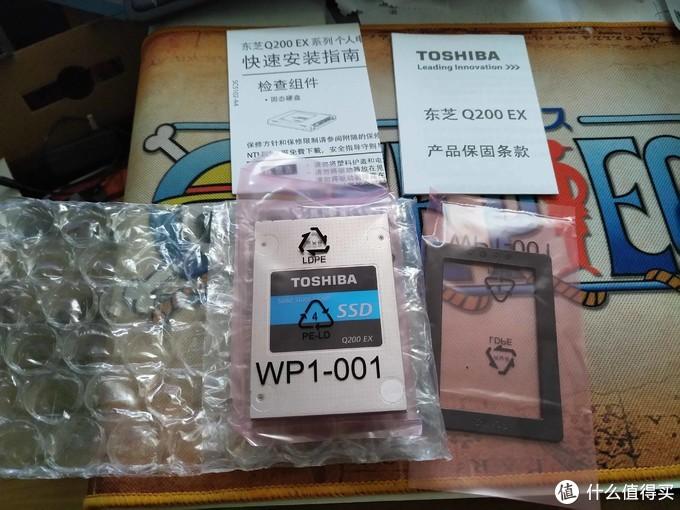 全部拿出来后就这样了一个护垫 一个SSD 但那个架子不见了。之前说了背后封面悬了应该有架子。包装封面太久没换吧,之前应该又送(贵价时候)
