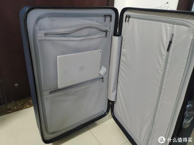 箱体两侧的储物空间均有封闭式的分隔层分隔。分隔层一侧是透明网布设计,一侧是不透明设计。可以根据需要放置需快速查找的物品及私密物品。空间大小可以和ipad大小做个比较。