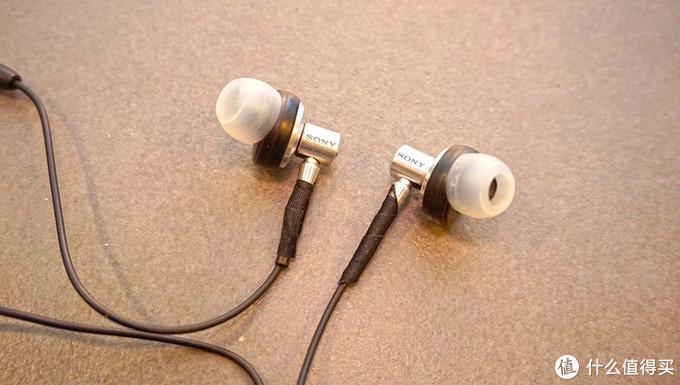 胶皮已断,缝缝补补。很多所谓的旗舰耳机貌似都带这个属性。
