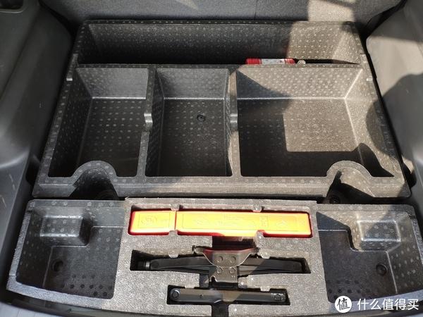 GL6后备箱下层