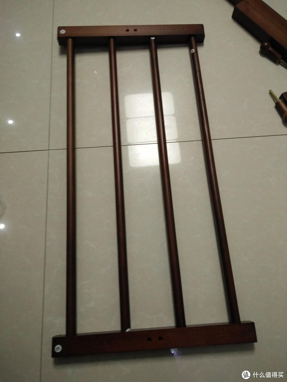只需要把两边的四个螺丝拧紧,中间两个姑子不需要固定,镶嵌在里面的。