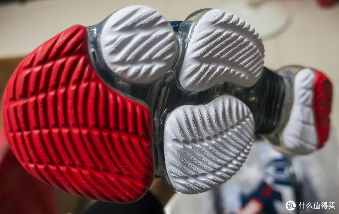足底是白红配色的耐磨橡胶,采用类似指纹的防滑底纹,实际防滑效果还是很不错的。