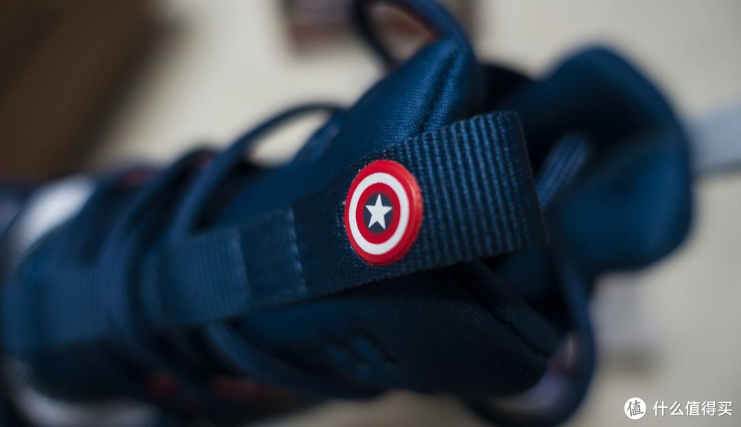 鞋舌采用一体式设计,顶部有个小小的软胶材质的美队盾牌。