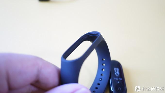 手环3的外带增加了好几道凹槽,避免米粒滑脱