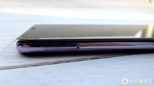侧边是镀铬风格设计,很亮,圆孔部分为卡槽