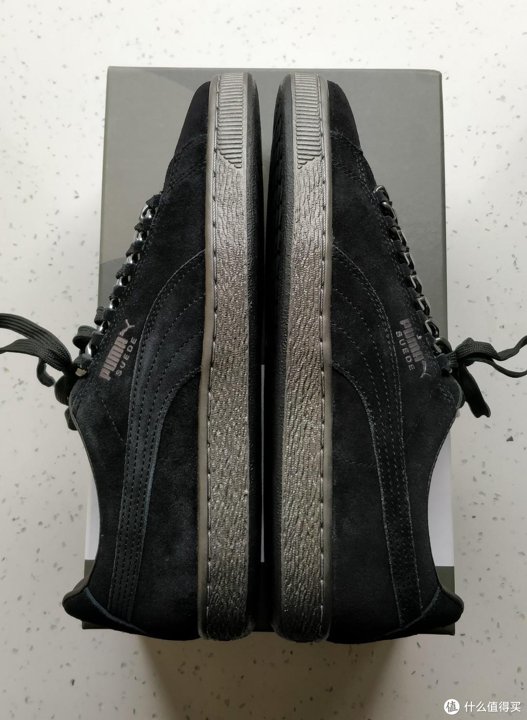 鞋底是银色,不是黑色,穿久了容易掉漆,不晓得里面是不是黑色