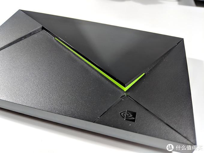 相比2015版取消了电源键,绿色部分可调光,菱角分明质感十足