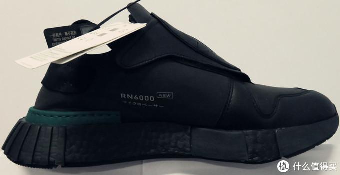 鞋内侧,中前部有TPU贴片。