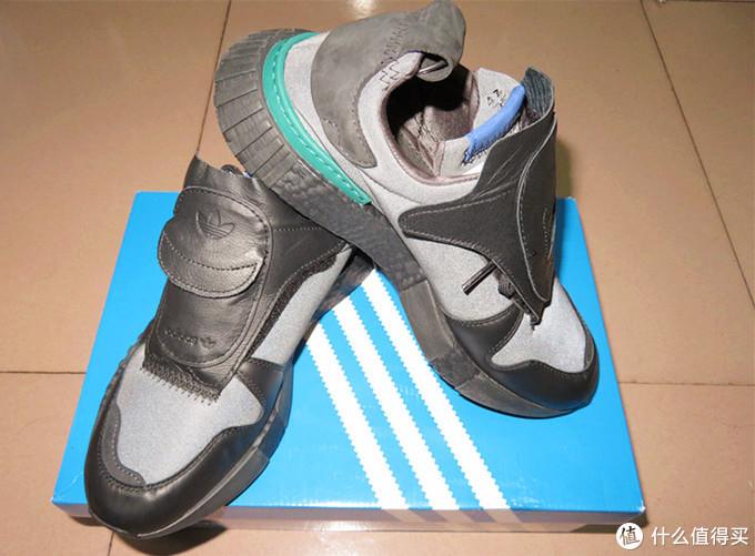 此款鞋子由皮革及反光布材料混搭制成,打开闪光灯拍了一张照片,哪些部位是皮革的一目了然了。
