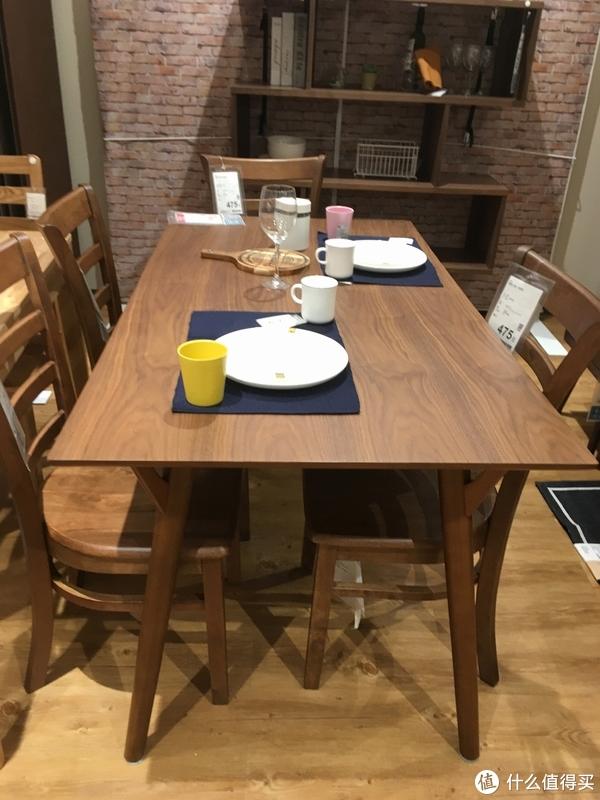 1190元的胡桃木色贴皮餐桌