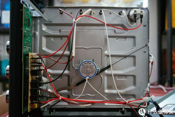 面向烤箱门,右边的控制电路和转叉的电机