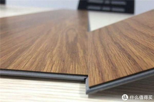 客厅别用实木地板了!如今都用这种新型地板,省钱防滑还带耐磨层