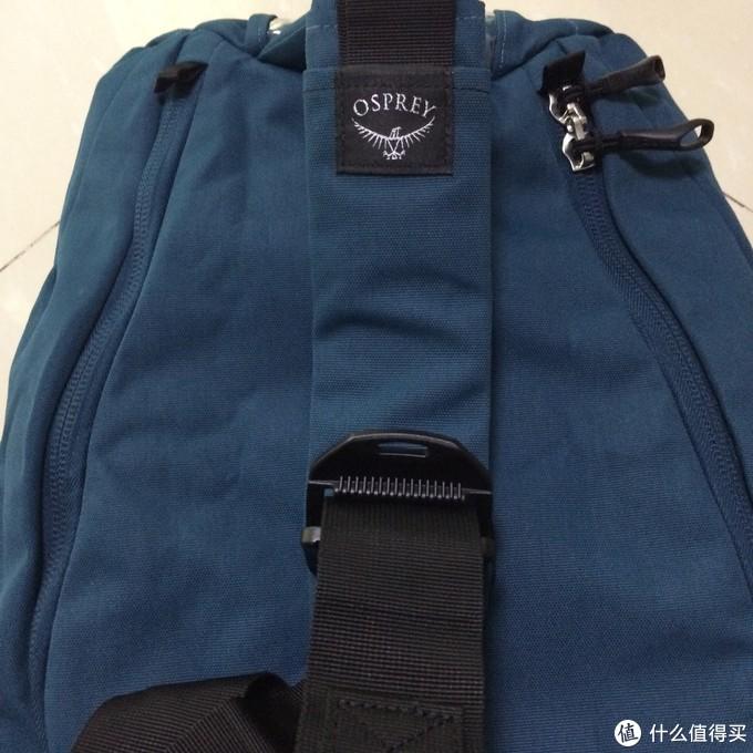 肩带用了一个塑料卡扣,比一般背包用的扣子看上去更有个性一些。