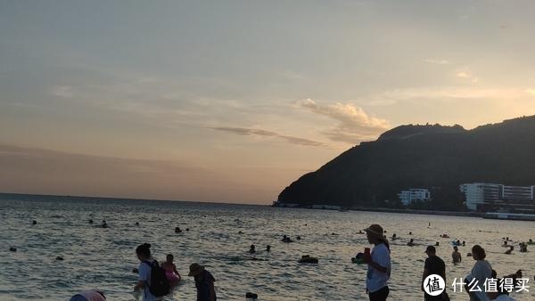 傍晚的大东海游泳的人也不少呢