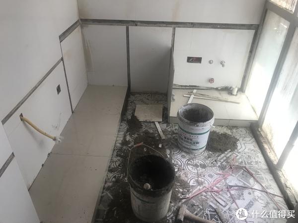 橱柜建造的第一步,是砌出地台,然后在墙上按照事先设计好的尺寸切割出嵌入槽。