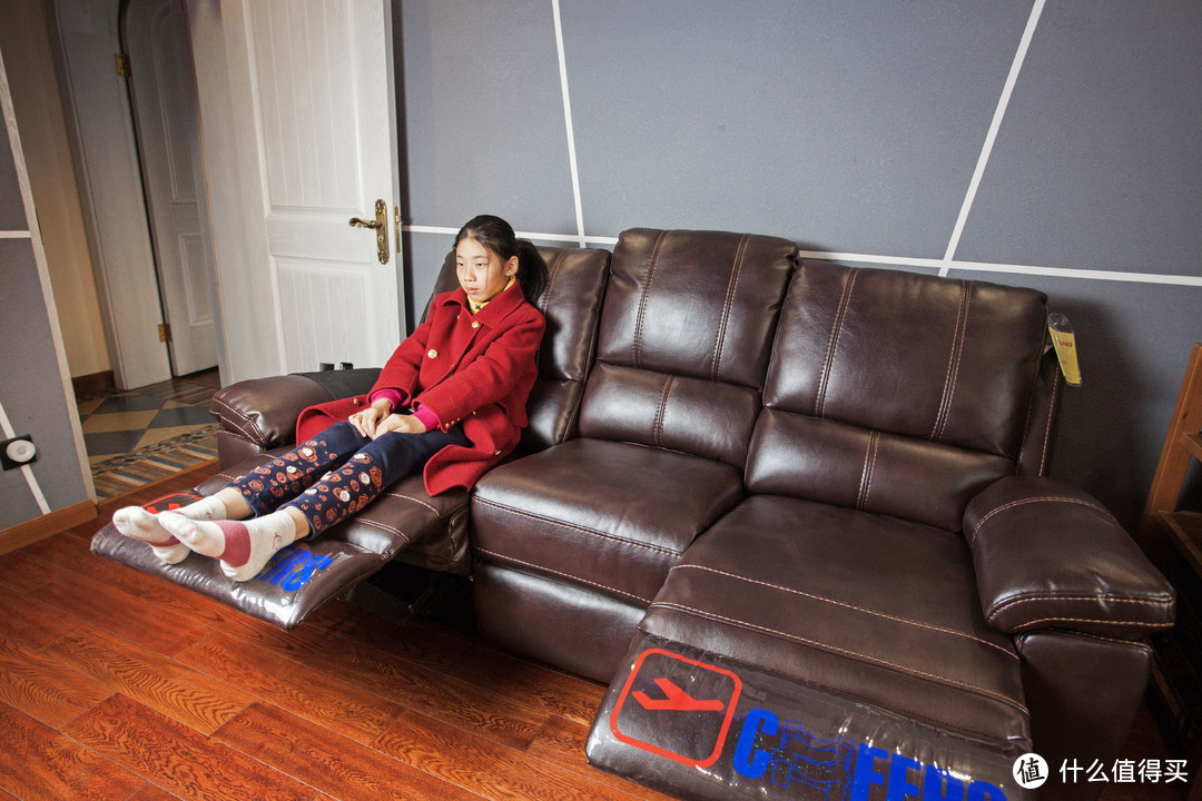 ▲女儿也叫来赶紧试坐一下,表示,没有什么反应。。。。就觉得这个脚垫好玩。