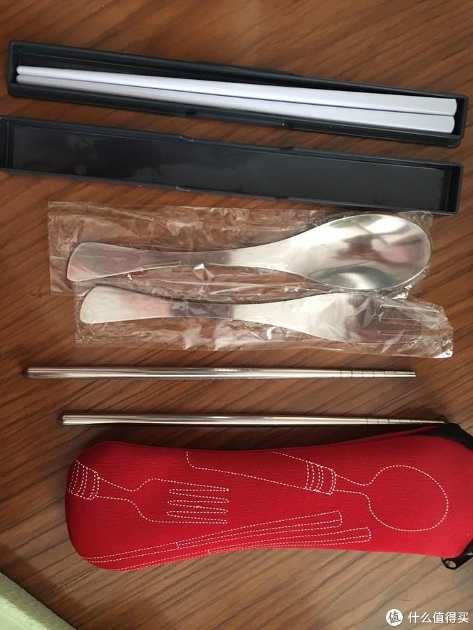 饭盒本身配备的筷子和赠送的一整套餐具非常实用,而且全部可以放在一起方便携带。