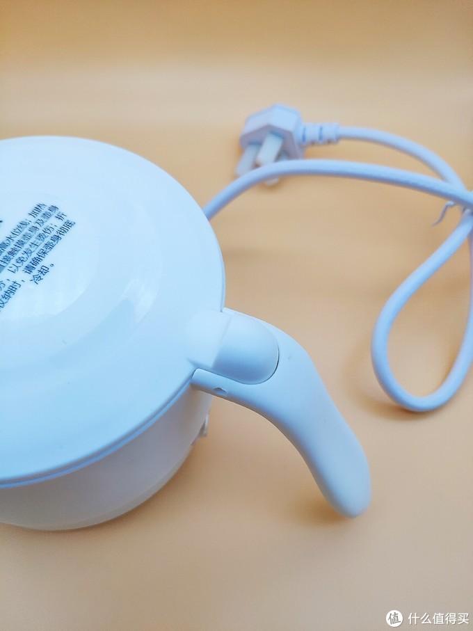 ▲电热水壶的细部图--把手和打开键