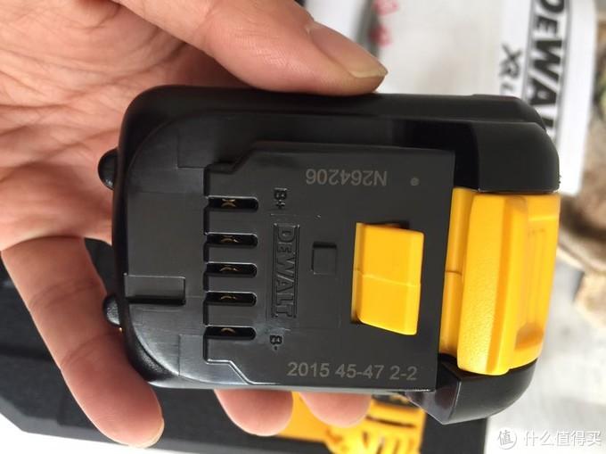 电池正面,卡扣连接推进电钻下面就可以,竟然是2015年生产的,不知道三年对电池的影响有没有?