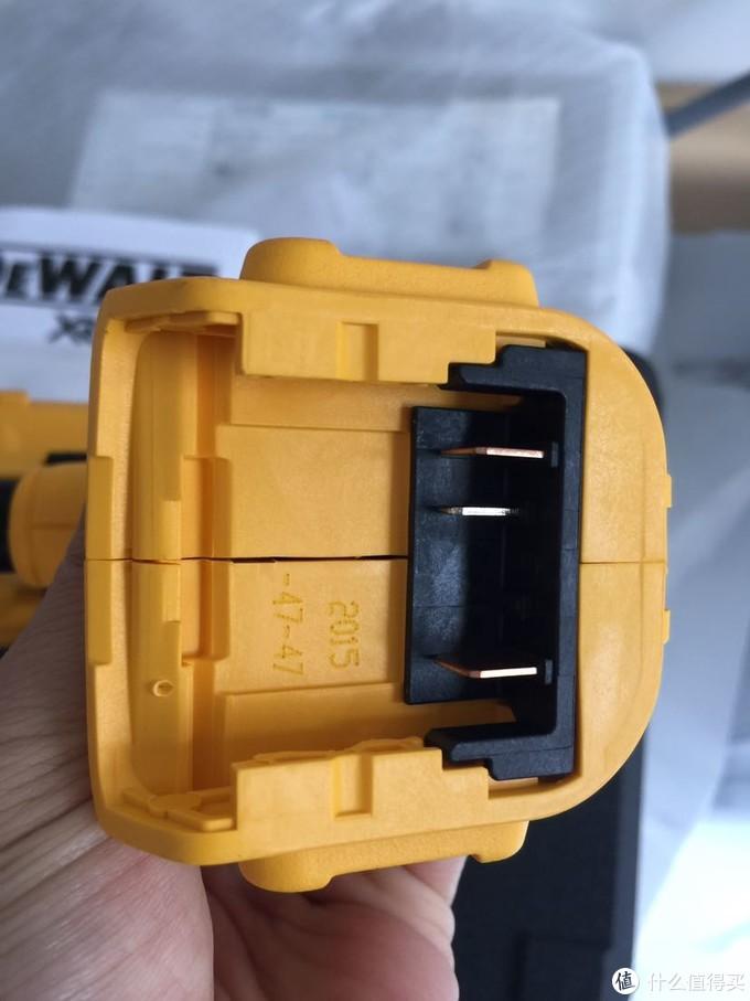 底部电池接口,也是15年生产的打对折买了个库存货,不开心!
