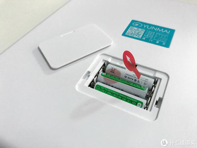 电池仓用手轻轻一推就能打开 里面是3节印有云麦logo的七号电池,取下塑料插片就OK了