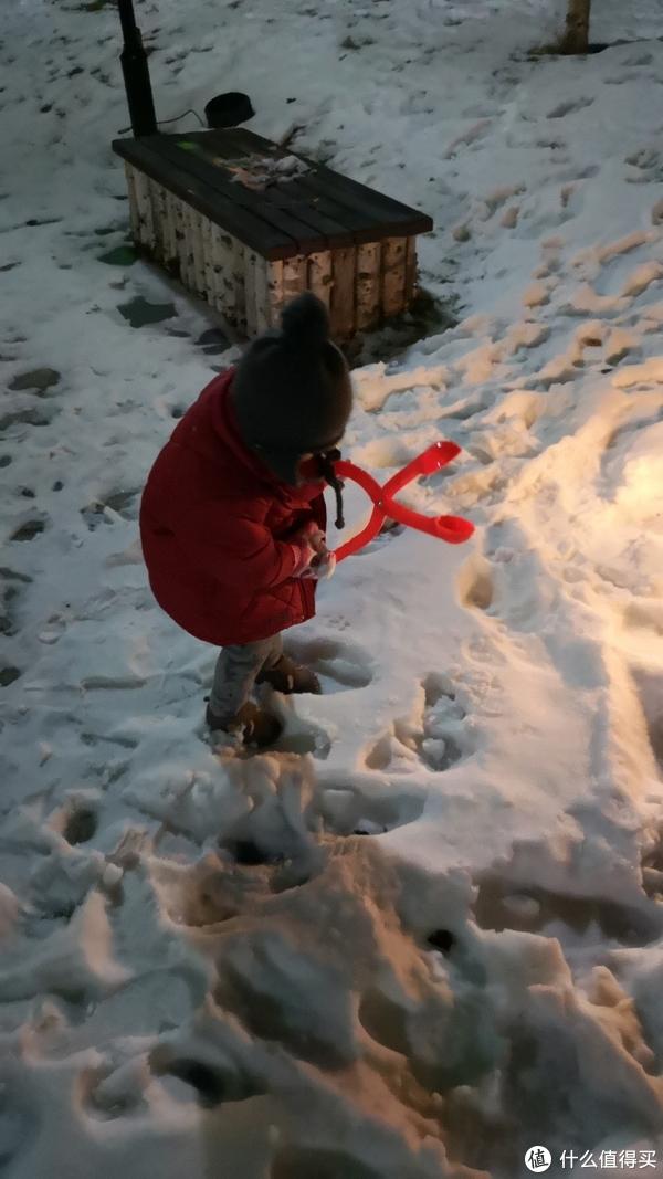 酒店楼下的雪,小盆友嗨翻了