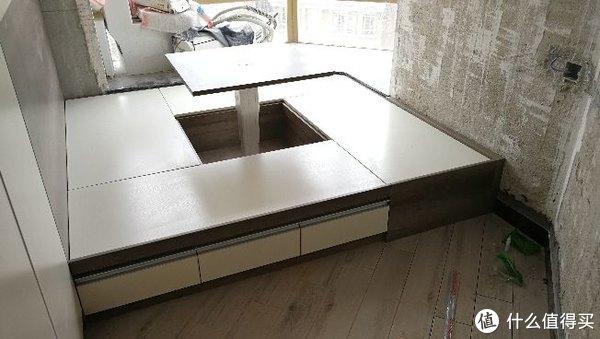 中央正方形的半帖榻榻米抬升后成为桌面,稳妥起见还是采用了手动式升降机